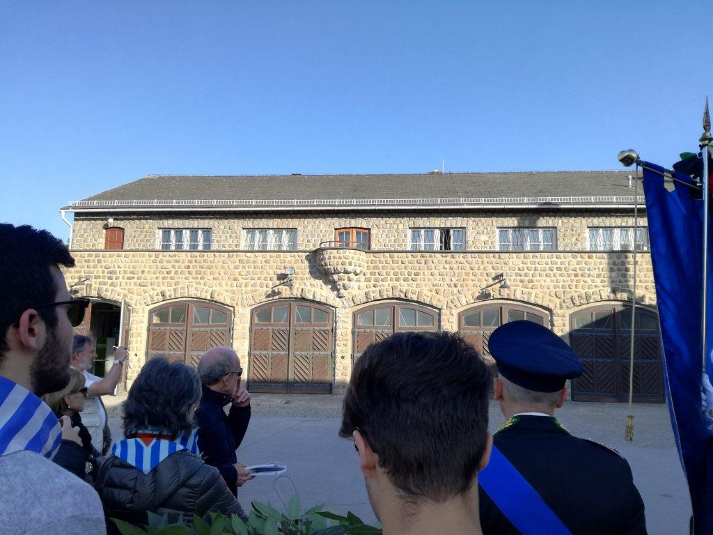 Davanti alla sede del comando nazista di Mauthausen, maggio 2018